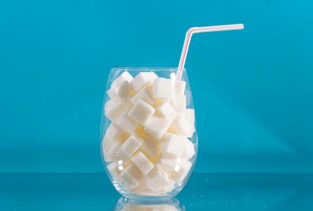Существует ли связь между напитками, содержащими сахар, и возникновением ожирения?
